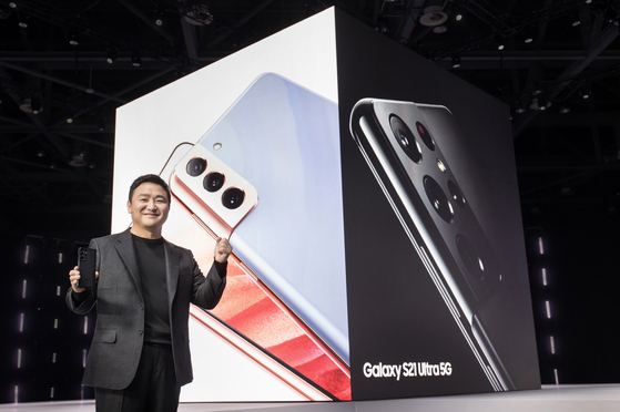 Roh Tae-mun, head of Samsung Electronics' mobile division, holds a Galaxy S21 smartphone during the Upacked event on Thursday. [SAMSUNG ELECTRONICS]