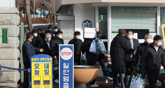 Prisoners are released on parole from the Seoul Detention Center in Uiwang, Gyeonggi, on Thursday, earlier than scheduled in a pre-emptive attempt to prevent infections of Covid-19 among inmates. [YONHAP]