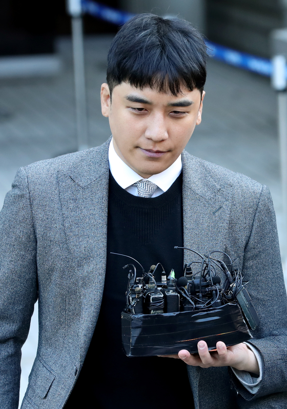 Seungri, a former member of K-pop group Big Bang, arrives at the Seoul Central District Court in southern Seoul on Jan. 13, 2020, to attend an arrest warrant hearing. [YONHAP]