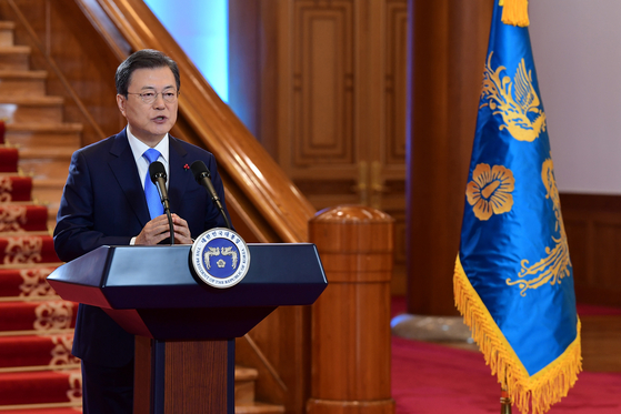 President Moon Jae-in delivers a New Year's address to the people from the lobby of the Blue House on Nov. 11. He linked the Kospi at 3,000 with bright prospects for the Korean economy. [JOINT PRESS CORPS]