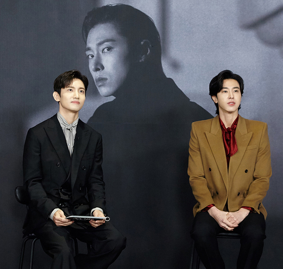 Singer U-Know Yunho, right, of duo TVXQ, talks about his new solo album during an online press conference emceed by his bandmate Max Changmin, left. [SM ENTERTAINMENT]