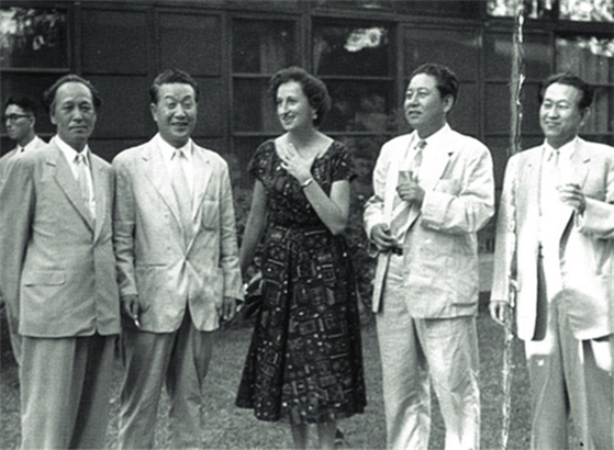 This photo shows American scholar Ellen P. Conant, center, and Korean artists visiting the World House Gallery in New York in 1957 to decide which artworks to feature in a contemporary Korean art exhibition. It is part of the exhibition ″Homebound Journey: Non-Korean Researchers' Study of Korean Arts.″ [KIMDALJIN ART ARCHIVES AND MUSEUM]