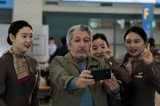 A scene from the film ″#Iamhere.″ The protagonist Stephan (played by Alain Chabat) stays at Incheon International Airport for more than 10 days waiting for Soo. [NEXT ENTERTAINMENT WORLD]