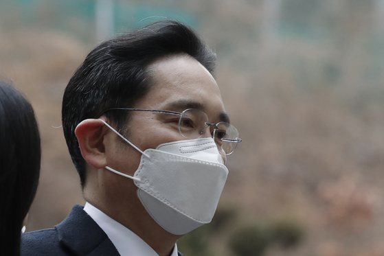 Samsung Electronics Vice Chairman Lee Jae-yong arrives at the Seoul High Court in Seoul on Monday. Lee was sent back to prison Monday after a court sentenced him to two and a half years over his involvement in a 2016 corruption scandal that spurred massive street protests and ousted Korea's president. [AP]