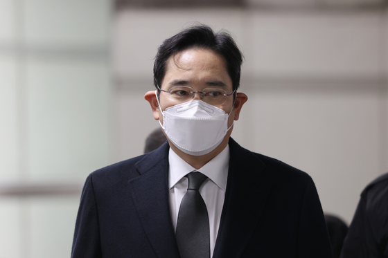 Samsung Electronics Vice Chairman Lee Jae-yong enters the Seoul High Court on Monday.  [YONHAP]