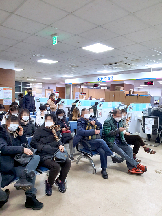 People wait to file their applications for unemployment benefits at a job center in Seoul on Jan. 14. BY KIM KI-CHAN