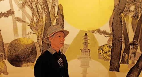This photo, provided by the Gyeongju World Culture Expo, shows artist Park Dae-sung standing in front of his artwork. [YONHAP]