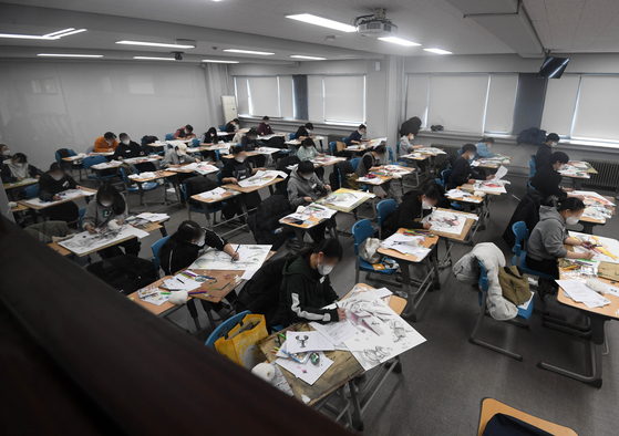 Students taking additional admissions exams at Kookmin University in central Seoul on Sunday. [NEWS1]