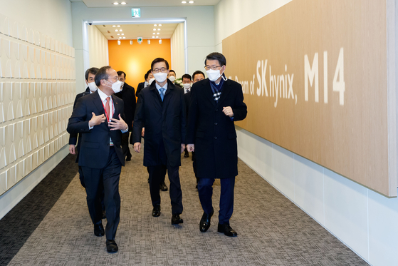Financial Services Commission Chairman Eun Sung-soo, far right, tours the SK hynix plant in Icheon, Gyeonggi, on Tuesday, along with the heads of state-run banks. A group of state-run banks, including the Korea Development Bank, will provide $3 billion worth of loans to the chipmaker through 2025. [YONHAP]