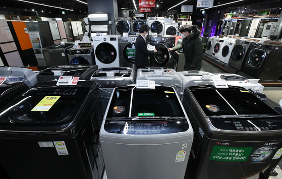 Washing machines are displayed at a retail shop in Seoul on Tuesday. Korean electronics companies Samsung Electronics and LG Electronics won the top spots in different washing machine product categories in a 2021 ranking released by U.S. Consumer Reports that day. [YONHAP]