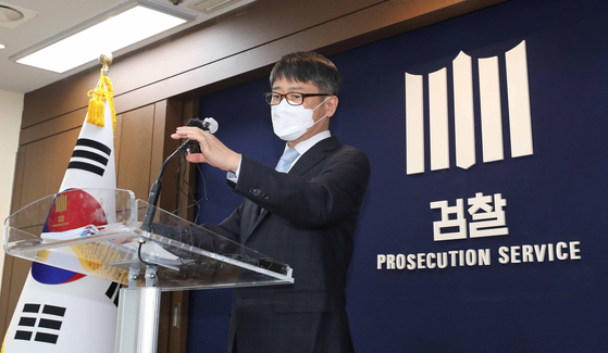 Im Gwan-hyeok, chief of a prosecutorial team investigating the government responses to the 2014 sinking of the Sewol Ferry, announces the results of the probe on Tuesday at the Supreme Prosecutors' Office in southern Seoul. [YONHAP]