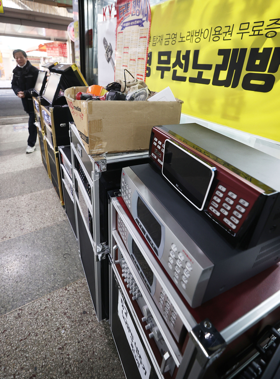 Equipment used in noraebang, or singing rooms, are on display at an electronics thrift store in downtown Seoul on Tuesday. Data from the Ministry of the Interior and Safety showed that the number of noraebang that opened last year was the lowest since 1987. Meanwhile, 2,137 noraebang closed, the highest in 13 years. [YONHAP]