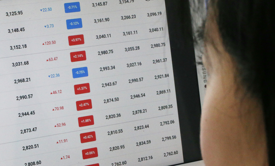A resident of Seo District, Daejeon, looks at stock prices on Jan. 14. [NEWS1]