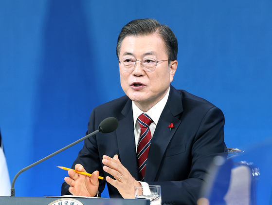 President Moon Jae-in speaks during a hybrid in-person and virtual New Year's press conference Monday at the Blue House in central Seoul. Moon answered questions from journalists about a range of issues, including widening economic inequality, special pardons and the profit-sharing plan for corporations. [JOINT PRESS CORPS]