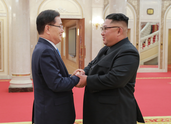 In this file photo, Chung Eui-yong, President Moon Jae-in's special envoy, left, exchanges greetings with North Korean leader Kim Jong-un at the North's ruling Workers' Party headquarters in Pyongyang on Sept. 5, 2018. [YONHAP]