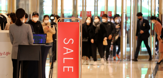 Customers enter Lotte Department Store's main branch in Jung District, central Seoul, on Nov. 13, 2020. [NEWS1]