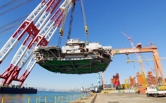 Hyundai Heavy Industries' marine crane lifts 9,100 tons of equipment at its headquarters in Ulsan on Wednesday. According to the company, it was the heaviest load ever lifted in Korea. [YONHAP]