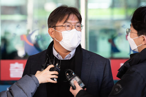 The lawyer of one of the two professors at Yonsei University facing arrest warrants for corruption answers questions from the press at Seoul Western District Prosecutors' Office on Wednesday. [NEWS1]