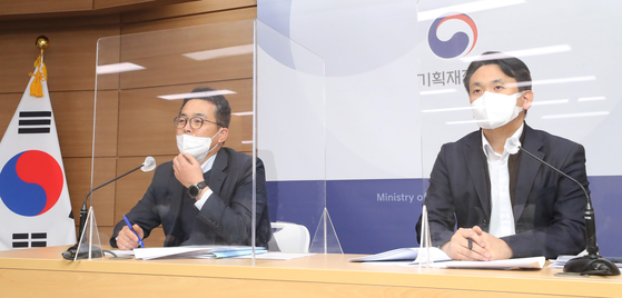 Kim Seong-wook, director general of the international finance bureau at the Ministry of Economy and Finance, left, speaks during a briefing held Tuesday on measures to maintain foreign currency liquidity at Government Complex Sejong. [YONHAP]
