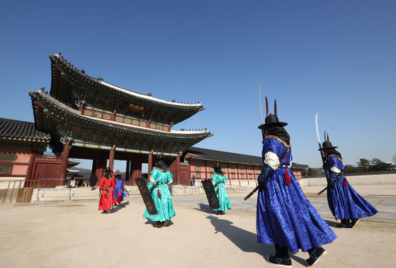 Actors in costumes conduct the changing of the guard ceremony at Gyeongbok Palace in central Seoul on Wednesday under clean and clear skies.  [YONHAP]