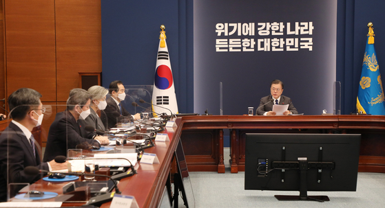 President Moon Jae-in, right, convenes the first National Security Council (NSC) meeting of the new year with key aides at the Blue House in central Seoul Thursday afternoon to discuss Korea's foreign affairs and security policy following the launch of a new U.S. administration. [JOINT PRESS CORPS]