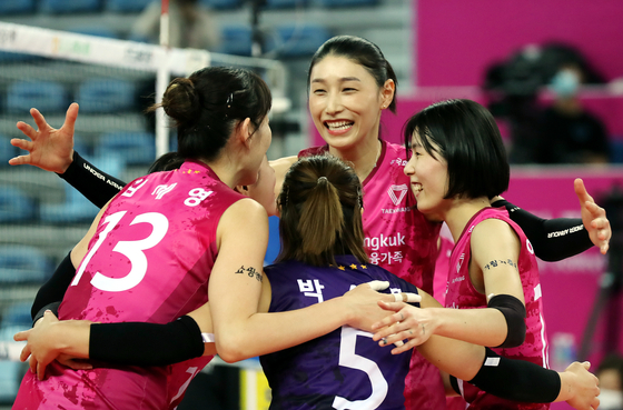 Kim Yeon-koung, center, celebrates with her teammates after scoring a point during the Heungkuk Life Insurance Pink Spiders' game against Suwon Hyundai Engineering & Construction Hillstate at Gyeyang Gymnasium in Incheon on Jan. 8. [YONHAP]