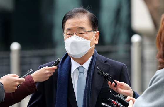 Chung Eui-yong, a former director of the Blue House National Security Office who was named foreign minister, is surrounded by reporters in front of the Foreign Ministry building in central Seoul Thursday. [NEWS1]