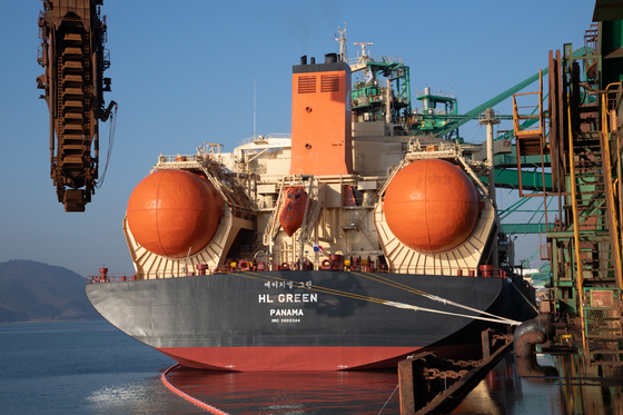 HL Green, a liquefied natural gas-powered bulk carrier, arrives at Gwangyang, South Jeolla, with iron ore to be supplied to Posco's steel factories on Wednesday. [POSCO]