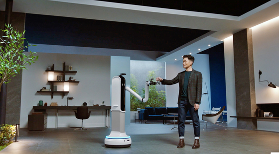Sebastian Seung, head of Samsung Research, receives a cup from Handy, a new robot unveiled during CES 2021. [SAMSUNG ELECTRONICS]
