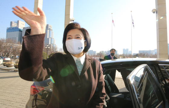 Minister Park Young-sun leaves the Ministry of SMEs and Startups Wednesday afternoon after a farewell ceremony. She stepped down from the post to run in the ruling party's primary for the Seoul mayoral by-election. [NEWS1]