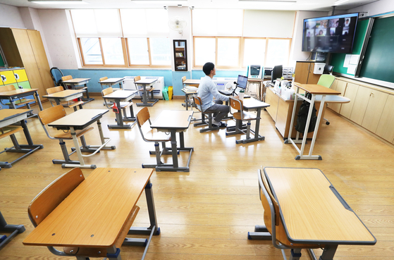 A teacher meets his students virtually in a classroom at Hanter Elementary School in Yongin, Gyeonggi, last year. [YONHAP]