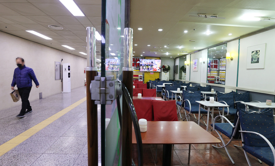 An empty restaurant in the Euljiro underground shopping center in central Seoul. [YONHAP]