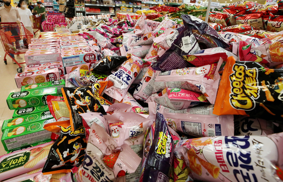 Snacks are on sale at a big supermarket in central Seoul. [YONHAP]