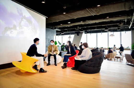 International employees at LG Energy Solution are having a meeting at a lounge located on the 63rd floor of the company headquarters in Yeouido, western Seoul. The lounge has a cafe, stage facility and working spaces. [LG ENERGY SOLUTION]