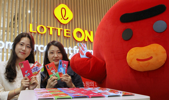 Models promote smartphone cases sold on Lotte's Lotte On e-commerce platform in October. [YONHAP]