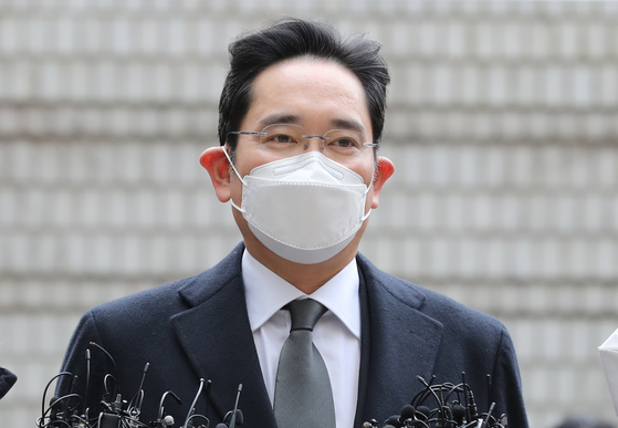 In this file photo, Samsung Electronics Vice Chairman Lee Jae-yong enters the Seoul High Court on Jan. 18, 2021 to attend a ruling in his retrial for bribery.  [NEWS1]