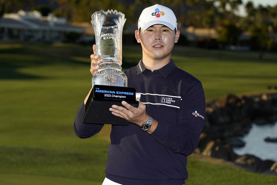 Kim Si-woo holds the winner's trophy at the end of The American Express tournament in La Quinta, California, on Sunday. [AP/YONHAP]