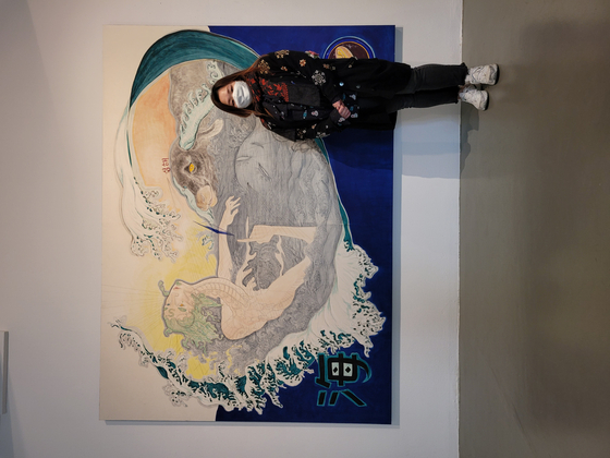 Artist Tae Kim poses with her painting ″Black Cow,″ which is part of the ″On-Tact″ exhibition at K.O.N.G Gallery in central Seoul. [MOON SO-YOUNG]