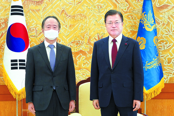 In a rare move last week, President Moon Jae-in invited outgoing Japanese Ambassador Koji Tomita to the Blue House to express appreciation for his role over the past 14 months and stressed the importance of the two nation's partnership for the peace and prosperity of the world. [BLUE HOUSE]