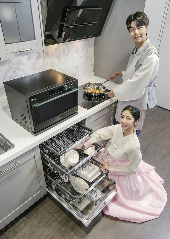 Models pose with LG Electronics kitchen appliances. The company said it will run various events including a maximum 100,000 won ($90) cashback to people that purchase microwaves, dishwashers and ovens. [LG ELECTRONICS]