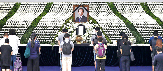 In this file photo, people pay respects at the mourning site for the late Seoul Mayor Park Won-soon in front of the Seoul City Hall on July 12, 2020.  [WOO SANG-JO]