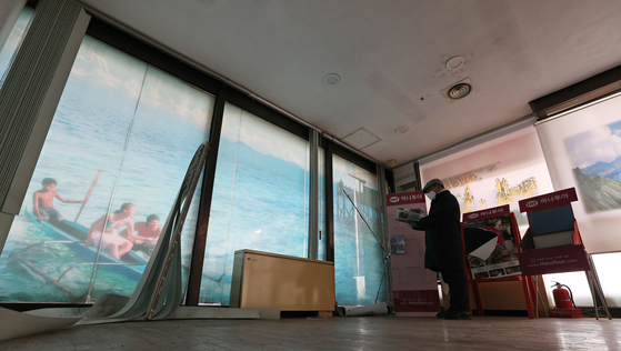 A travel agent in Seoul picks up office supplies after the business shut down on Monday. With the coronavirus pandemic still stopping global travel, even Korea's largest travel company HanaTour announced that it was laying off more than 1,000 of its 2,354 employees. [YONHAP]