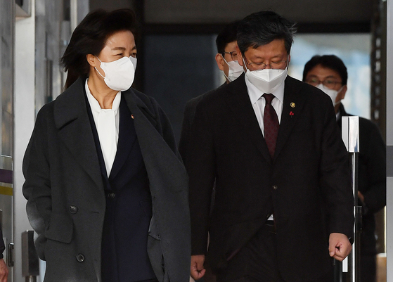 Vice Justice Minister Lee Yong-gu, right, who is in hot water over allegations of assault against a taxi driver, accompanies outgoing Justice Minister Choo Mi-ae out of the ministry's headquarters in Gwacheon, Gyeonggi on Monday. [YONHAP]