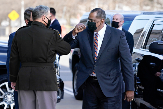 U.S. Defense Secretary Lloyd Austin, right, greets Chairman of the Joint Chiefs of Staff Mark Milley as he arrives at the Pentagon, Friday, in Washington. [AP/YONHAP]
