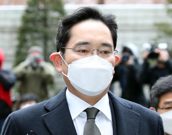 Samsung Electronics Vice Chair Lee Jae-yong enters the Seoul High Court on Jan. 18. [YONHAP]