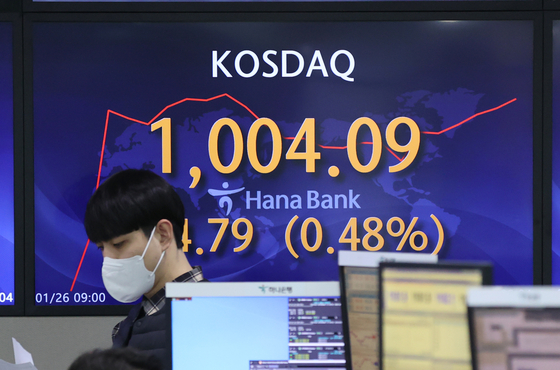 Seoul's tech-heavy Kosdaq index passed over the 1,000-mark during trading on Tuesday. It is the first time in 20 years and four months the index passed over 1,000 since the global IT bubble in 2000. [YONHAP]