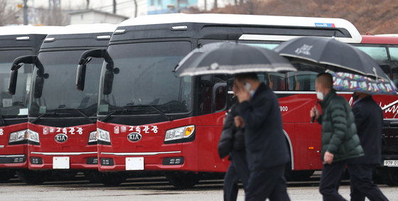 A rentable bus is parked at a lot in Songpa District, southern Seoul, with the license plates removed Tuesday. Removing the license plates stops the government from taxing bus companies and saves money on insurance, reducing maintenance costs for bus companies hit hard by the Covid-19 pandemic. [YONHAP]
