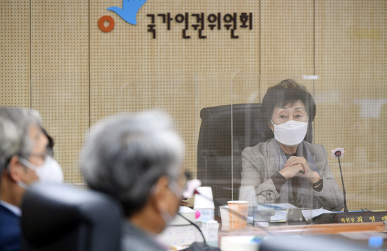 National Human Rights Commission of Korea Chairperson Choi Young-ae chairs the final meeting of the commission regarding its investigation into allegations that former Seoul Mayor Park Won-soon sexually harassed his former secretary. The commission announced on Monday evening that he did. [JOINT PRESS CORPS/YONHAP]