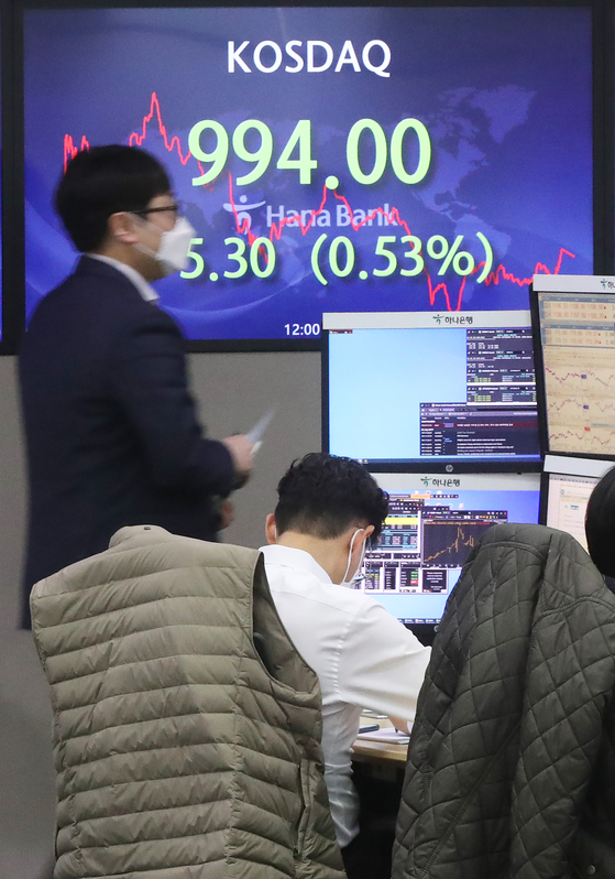 Korea's tech-heavy Kosdaq market closed at 994.00 on Tuesday, down 0.53 percent compared to the previous trading day against expectations it would close over 1,000. During intraday trading, the index reached as high as 1,007.52, but closed weaker due to heavy selling by foreign and institutional investors. [YONHAP]