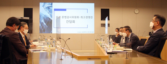 The Samsung Electronics compliance committee led by former Supreme Court Justice Kim Ji-hyung and the CEOs of seven Samsung Group companies, including Samsung Electronics, Samsung SDS and Samsung C&T, meets at the Samsung Electronics headquarters in Seocho District, southern Seoul on Tuesday. [SAMSUNG COMPLIANCE COMMITTEE]
